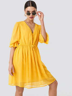 NA-KD Boho Plunge V-Neck Chiffon Dress gul