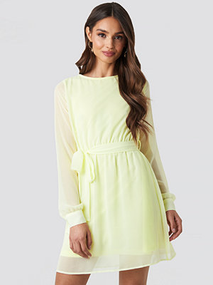 NA-KD Chiffon Dress gul