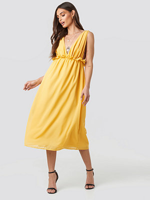 NA-KD V-Neck Frill Waist Flowy Dress gul