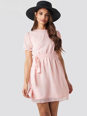 NA-KD Short Sleeve Chiffon Dress rosa