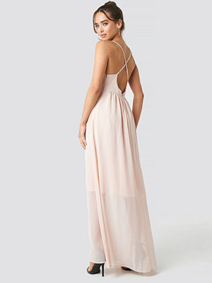 NA-KD Party V-Neck Cross Back Maxi Dress rosa