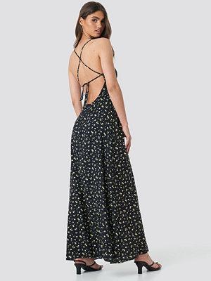 NA-KD Open Back Floral Maxi Dress svart