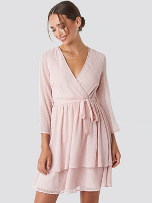 Céline & Talisa x NA-KD Belted Wrap Mini Dress rosa