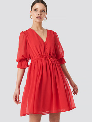 NA-KD Boho Plunge V-Neck Chiffon Dress röd