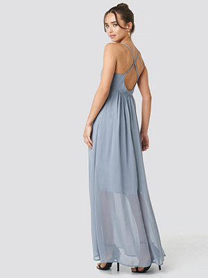 NA-KD Party V-Neck Cross Back Maxi Dress blå