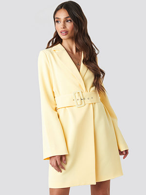 NA-KD Trend Wide Sleeve Belted Blazer Dress gul