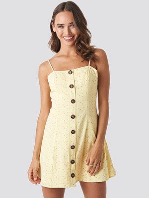 Céline & Talisa x NA-KD Button Down Mini Dress gul