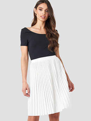 NA-KD Short Pleated Skirt vit