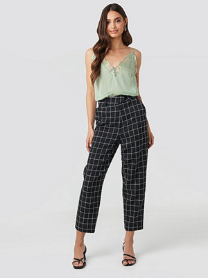NA-KD Classic svarta rutiga byxor Big Check High Waist Suit Pants svart
