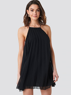NA-KD Mini Pleated Trapeze Dress svart