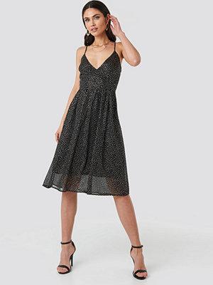 NA-KD Party Thin Strap Dotted Chiffon Dress svart