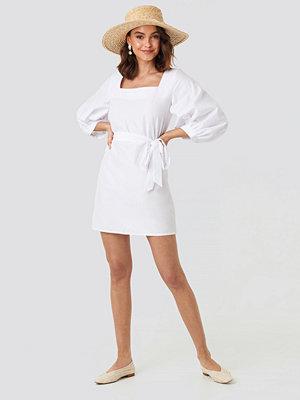NA-KD Trend Puff Sleeve Square Neck Tie Dress vit