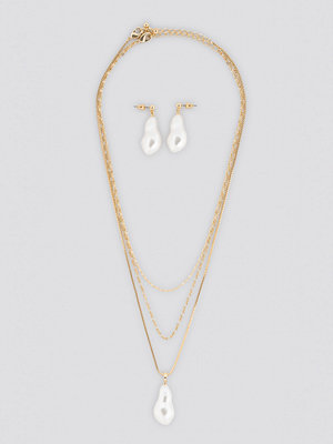 NA-KD Accessories smycke Oversize Pearl Earrings and Necklace Set guld