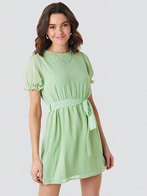 NA-KD Short Sleeve Chiffon Dress grön