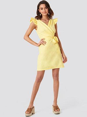 NA-KD Boho Draped Flounce Sleeve Mini Dress gul