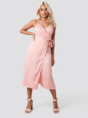 Trendyol Powder Belted Wrap Midi Dress rosa