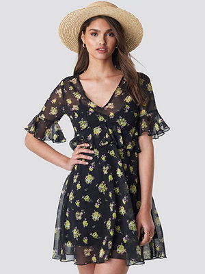 NA-KD Ruffle Floral Mini Dress svart