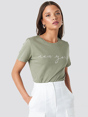 NA-KD New York Print Tee grön
