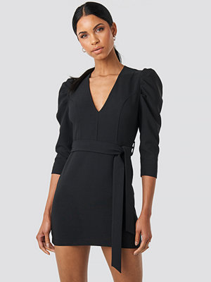 Anna Nooshin x NA-KD Belted Puffy Sleeve Dress svart