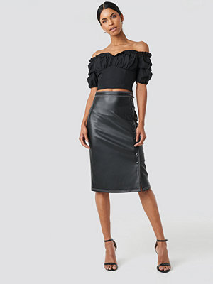 Anna Nooshin x NA-KD Front Button Contrast Faux Leather Skirt svart