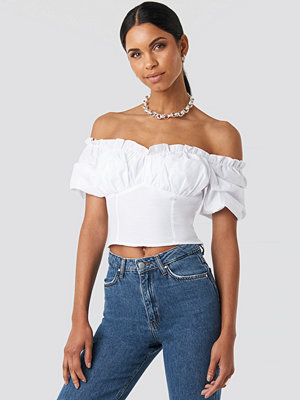 Anna Nooshin x NA-KD Off Shoulder Ruffle Cup Cropped Blouse vit