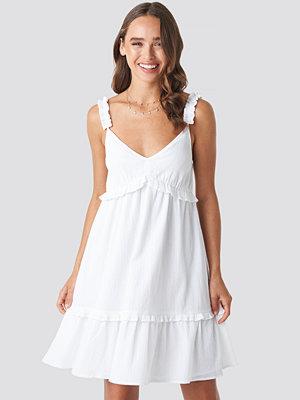 Céline & Talisa x NA-KD Frilled Mini Dress vit