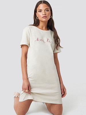 NA-KD Berlin Print T-shirt Dress beige