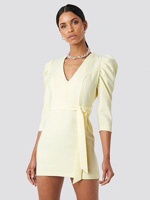 Anna Nooshin x NA-KD Belted Puffy Sleeve Dress gul