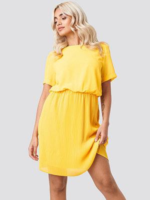 NA-KD Pleated Skirt Part Dress gul