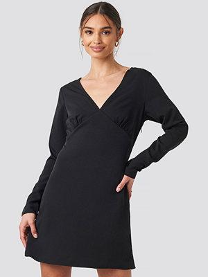 Iva Nikolina x NA-KD V-Neck Mini Dress svart