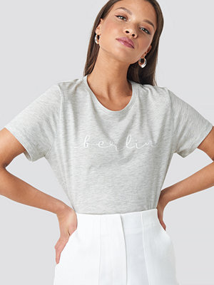 T-shirts - NA-KD Berlin Print Tee grå