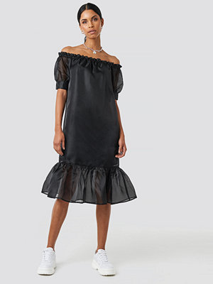 Anna Nooshin x NA-KD Off Shoulder Puffy Mid Flounce Dress svart