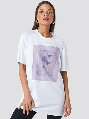 NA-KD Trend Rose Printed Tee vit