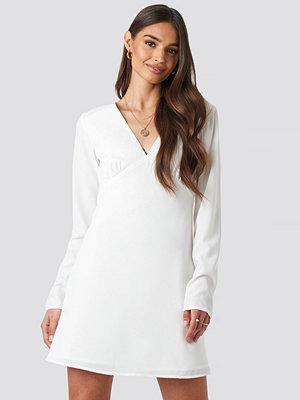Iva Nikolina x NA-KD V-Neck Mini Dress vit