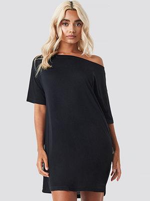 NA-KD Off Shoulder T-shirt Dress svart