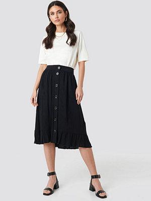 NA-KD Boho Frill Hem Front Button Skirt svart