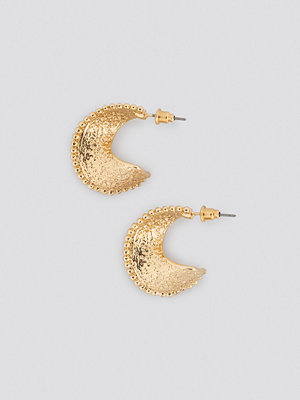 NA-KD Accessories smycke Twisted Hammered Hoop Earrings guld