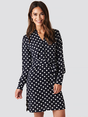NA-KD Dotted Tie Waist Slit Dress blå