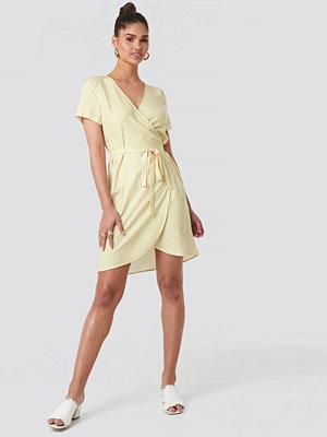 NA-KD Striped Wrap Mini Dress gul