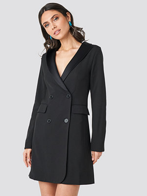 NA-KD Party Satin Collar Blazer Dress svart