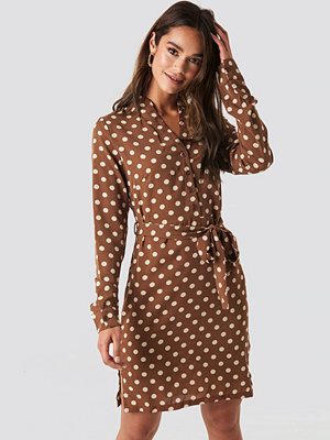 NA-KD Dotted Tie Waist Slit Dress brun