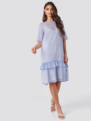 NA-KD Trend Flowy Dotted Dress lila