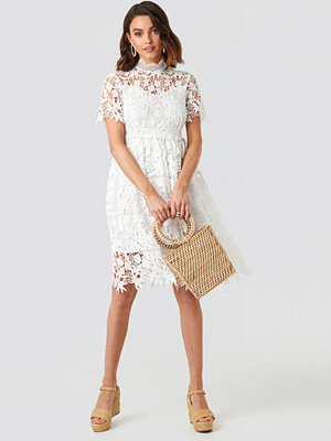 NA-KD Boho High Neck Short Sleeve Lace Dress vit