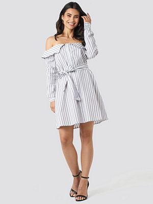 NA-KD Off Shoulder Shirt Dress grå