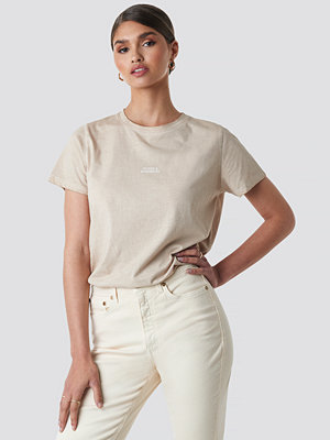 T-shirts - Tina Maria x NA-KD Nudes & Scribbles Washed Out Tee beige