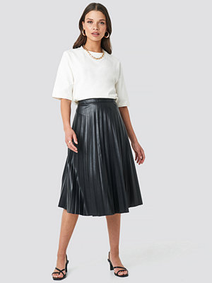 NA-KD Trend Faux Leather Pleated Midi Skirt svart