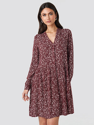 NA-KD Boho Buttoned Flower Print Dress röd