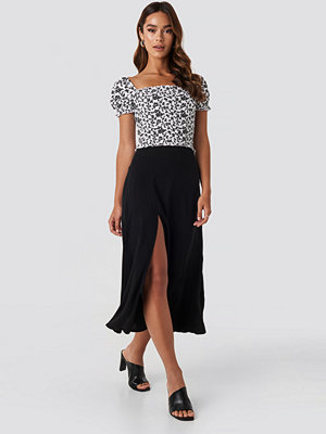 NA-KD Side Split Midi Skirt svart