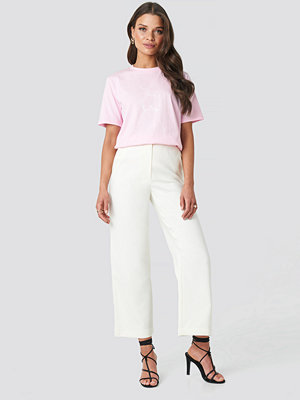 Emilie Briting x NA-KD vita byxor Highwaist Cropped Pants vit