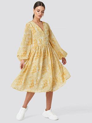 Emilie Briting x NA-KD Printed Midi Dress gul